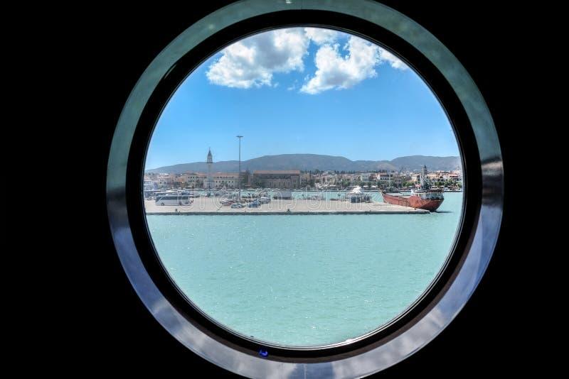 Zantestad Zakynthos zoals zien van het venster van een Veerboot royalty-vrije stock afbeeldingen