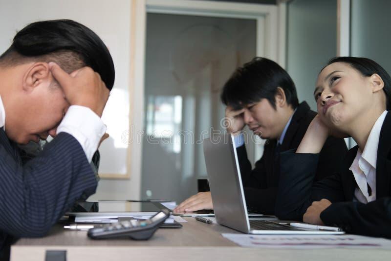 Zanudzająca bizneswomanu chudy głowa na ręce przy spotkaniem nieszczęśliwy busine zdjęcia royalty free