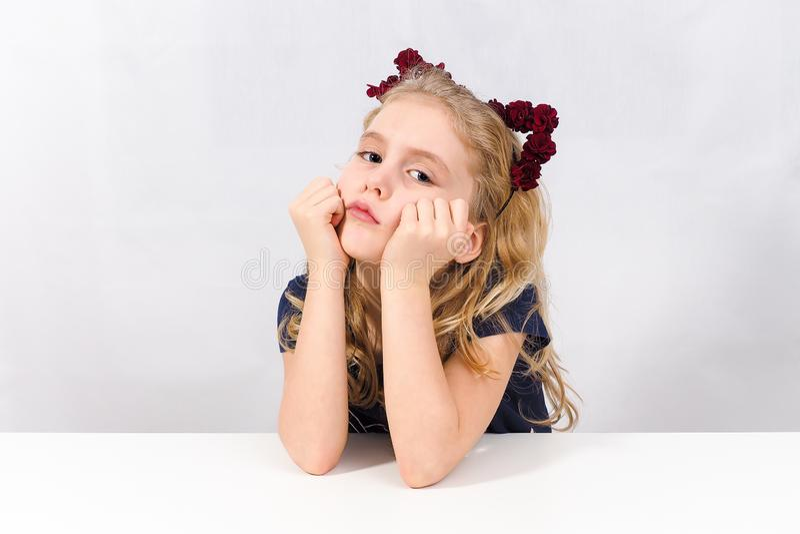 Zanudzająca mała dziewczynka patrzeje ja obraz stock