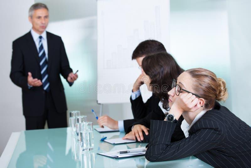 Zanudzający bizneswomanu dosypianie w spotkaniu zdjęcia royalty free