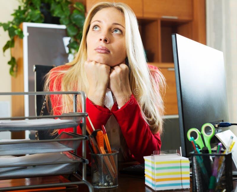 Zanudzający bizneswomanu obsiadanie przy biurem fotografia stock