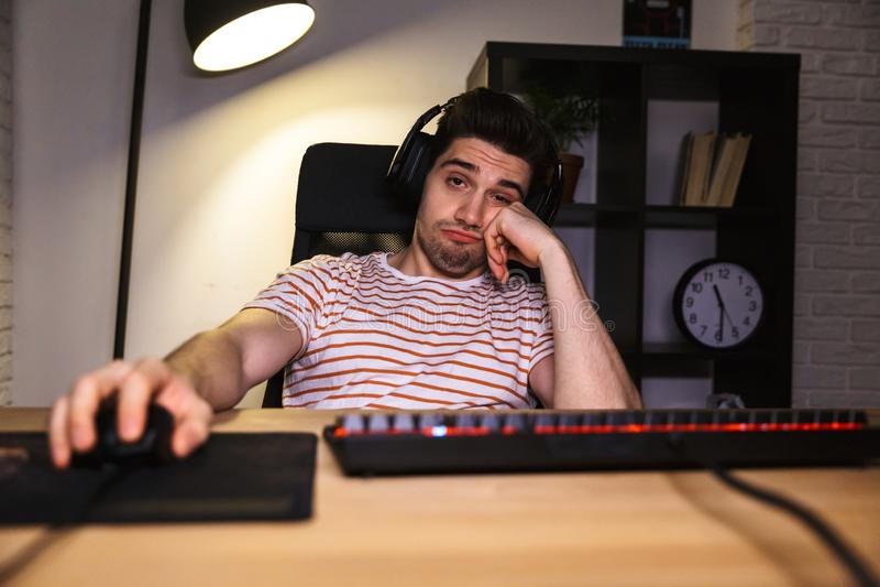 Zanudzający gamer bawić się wideo gry na komputerze zdjęcia royalty free