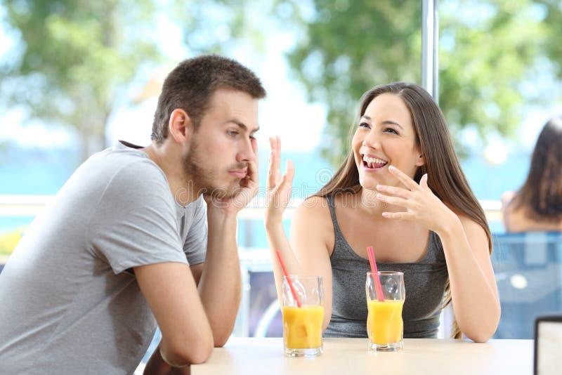 Zanudzający mężczyzna słucha jej przyjaciela opowiadać obraz royalty free