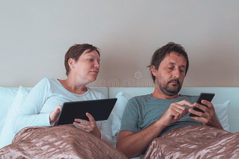 Zanudzający para, mąż i żona w sypialni, obrazy royalty free