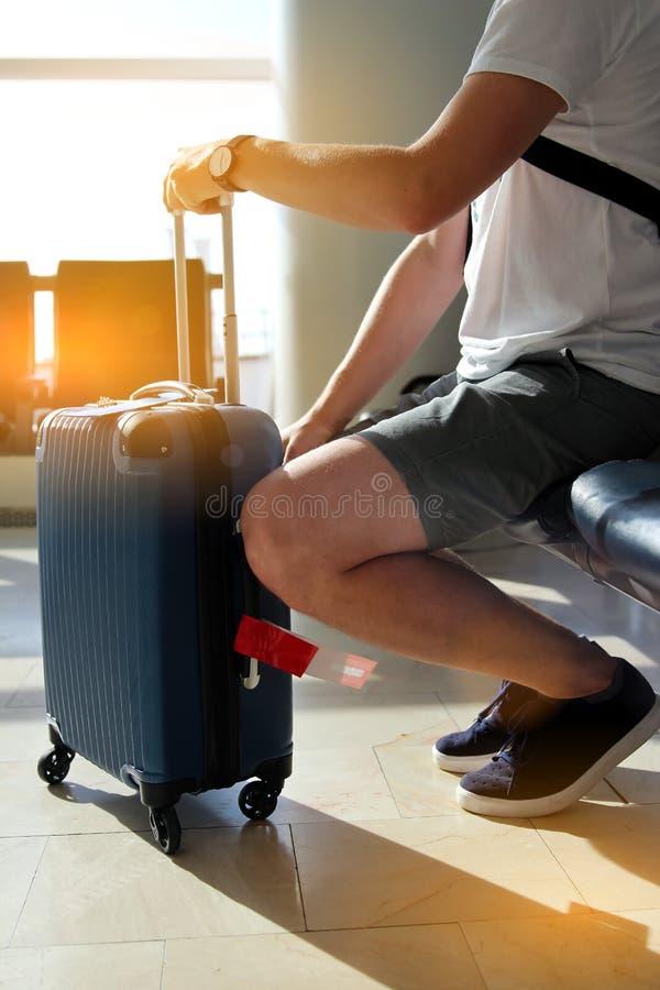 Zanudzający pasażer z bagażu czekaniem dla jego lota przy lotniskiem obraz royalty free