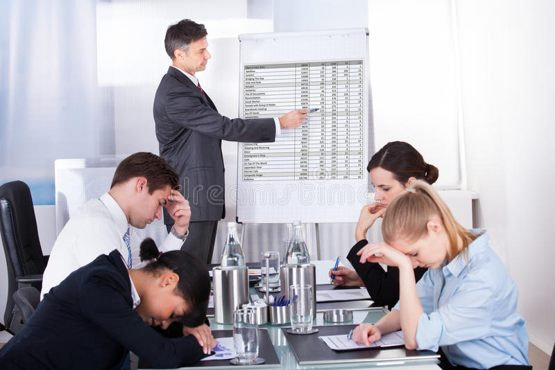 Zanudzający pracownicy w biznesowym spotkaniu obrazy stock