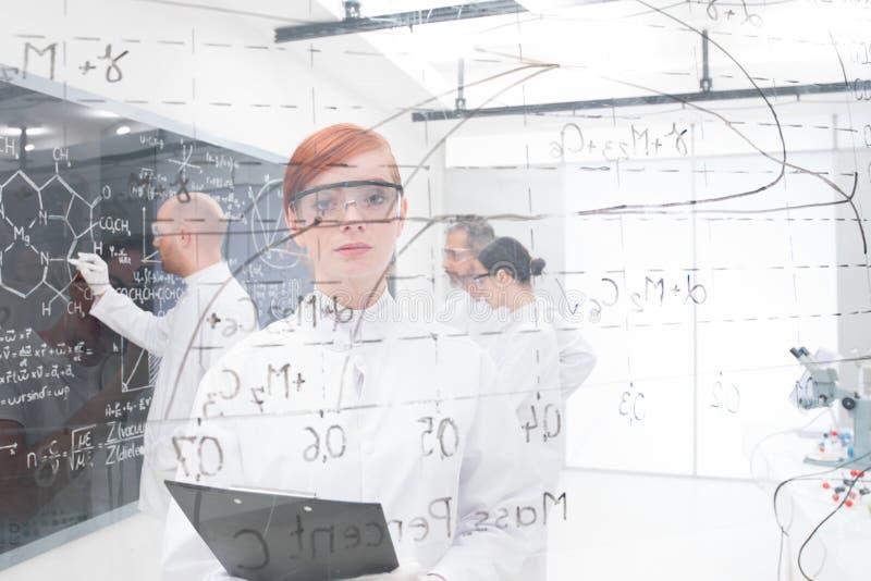 Zanudzający uczeń w chemii lab zdjęcia stock