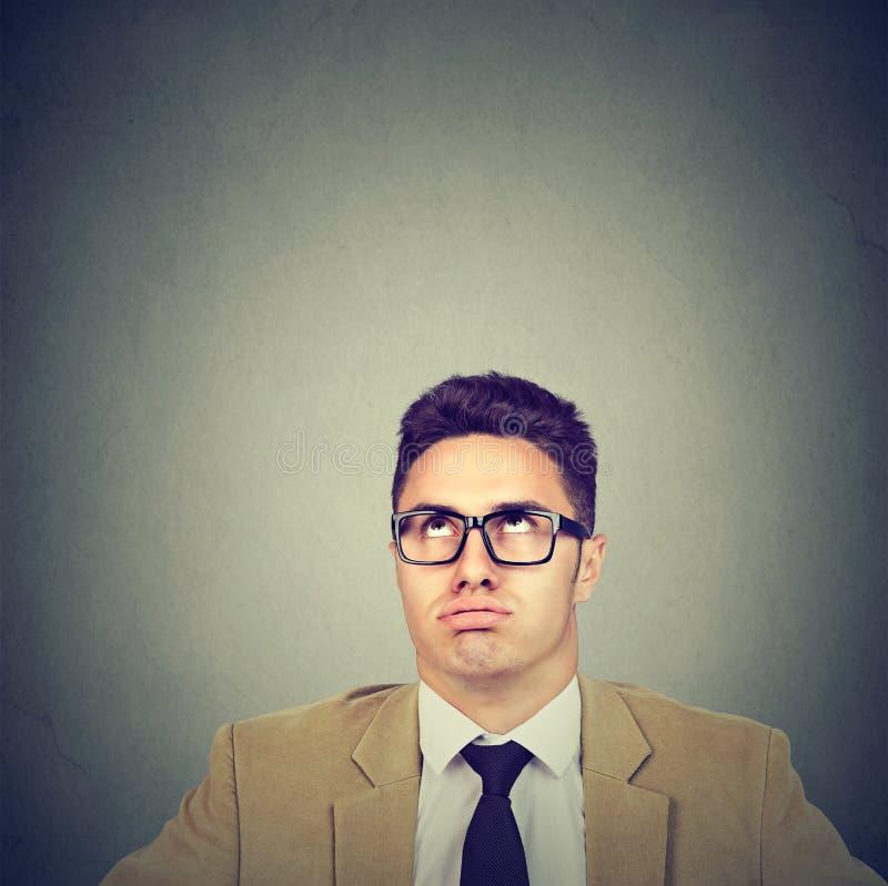 Zanudzam dokuczał młody biznesowego mężczyzna przyglądający up zdjęcia stock