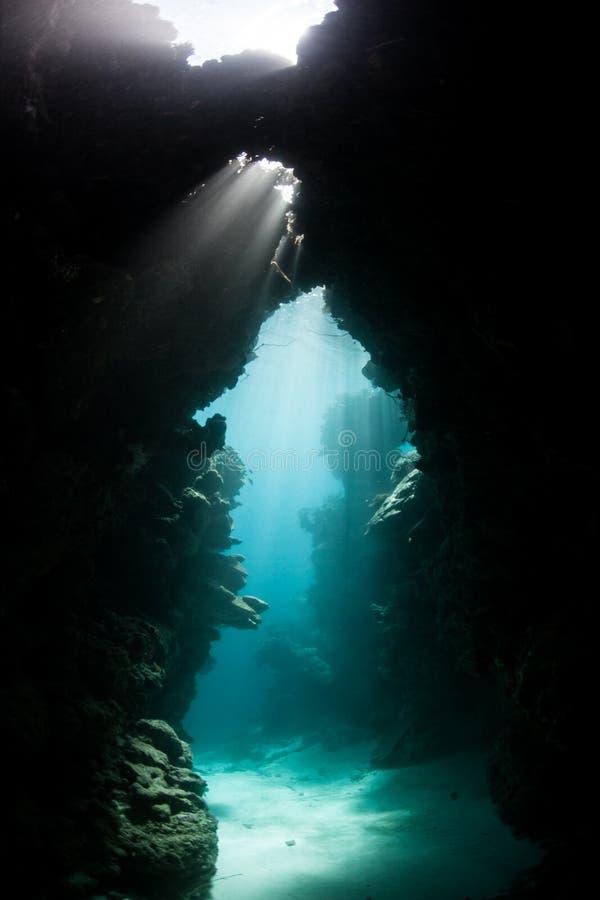 Zanurzający Cavern i światło słoneczne zdjęcie stock