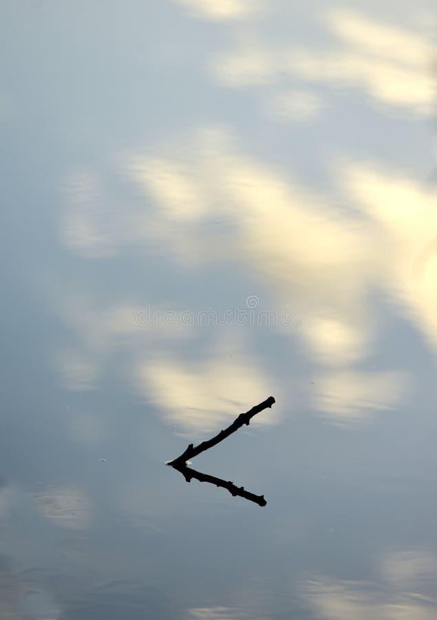 Zanurzający kija odbicie z chmurami i niebem fotografia stock