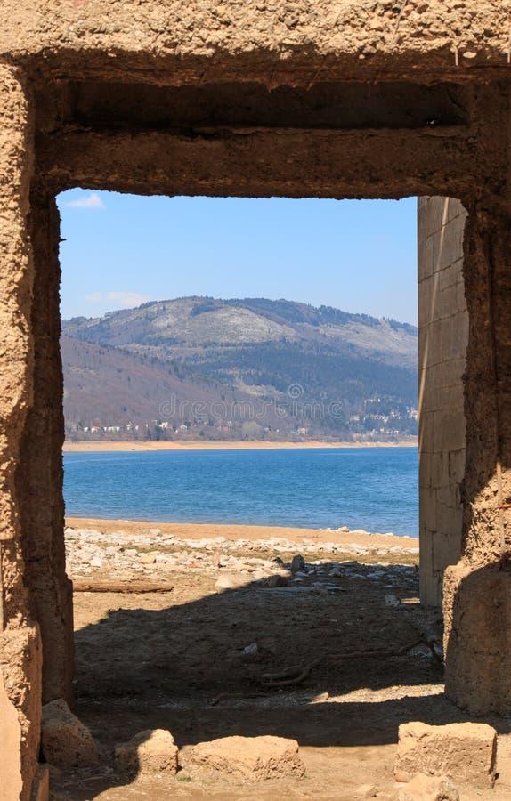 Zanurzający kościół Mavrovo jezioro, Macedonia zdjęcia royalty free