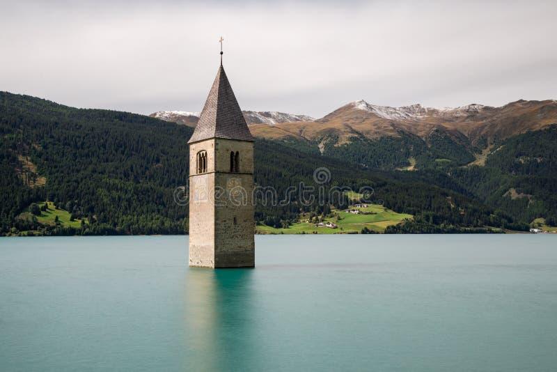Zanurzający kościół przy Jeziornym Reschen zdjęcia stock