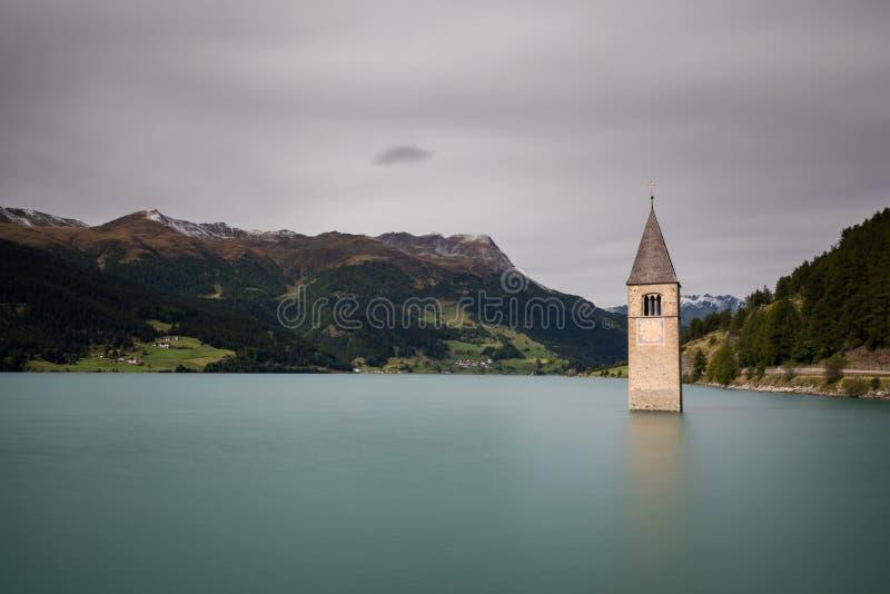 Zanurzający kościół przy Jeziornym Reschen obraz royalty free