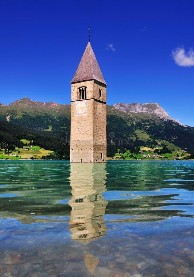 Zanurzający Kościelny wierza, Lago Di Resia, Włochy zdjęcia royalty free