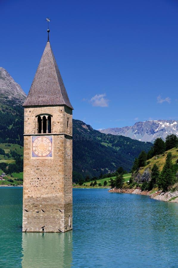 Zanurzający Kościelny wierza, Graun im Vinschgau, Włochy obrazy royalty free