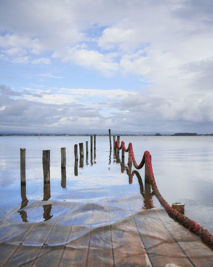 Zanurzający laguny molo pod chmurnym niebem obrazy stock