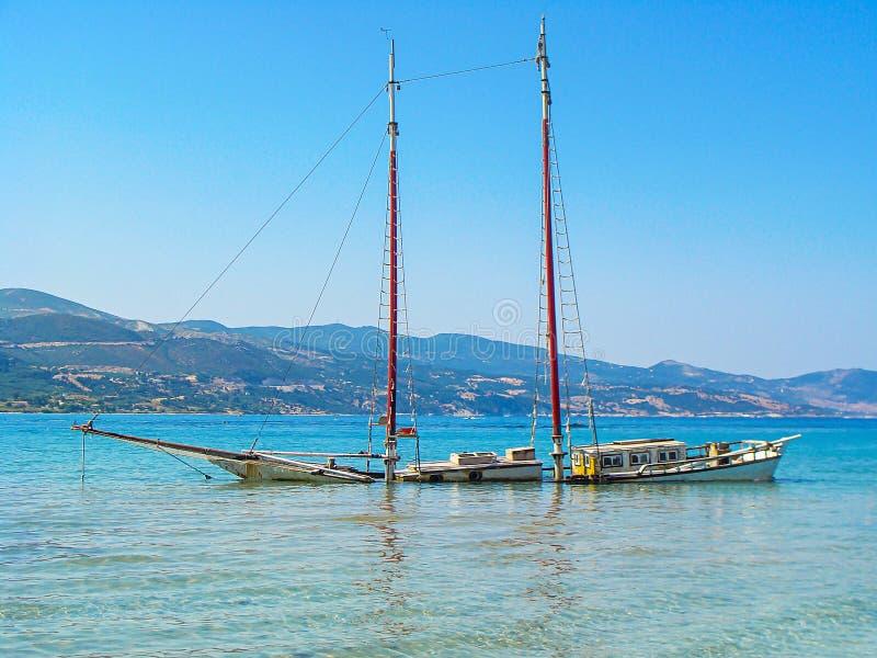 Zanurzający statek w morzu zdjęcie stock