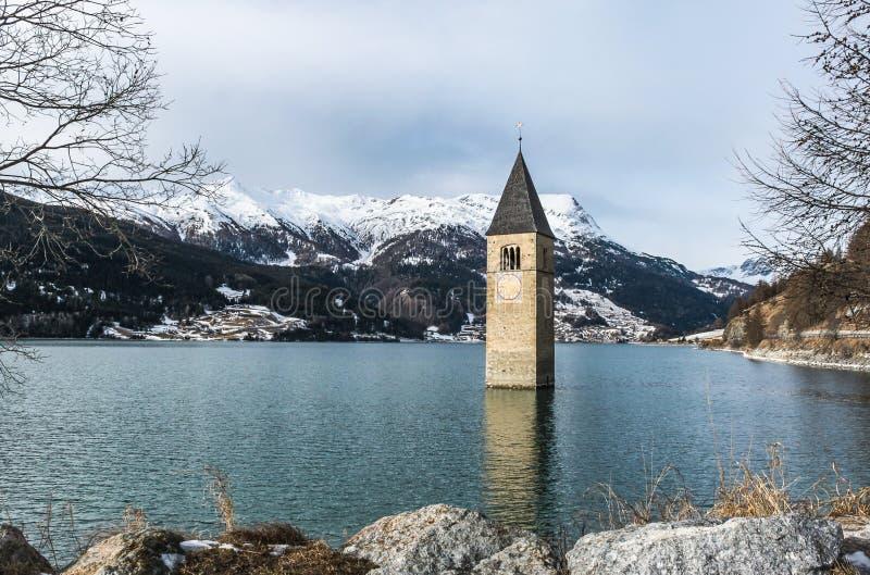 Zanurzający steeple w Reschen jeziorze obraz royalty free