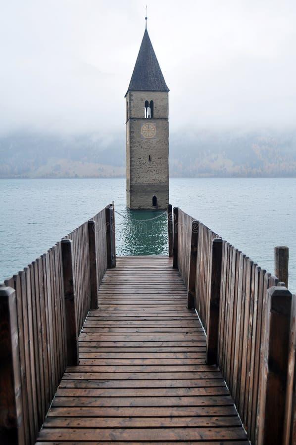 Zanurzający wierza reschensee kościół w Resias jeziorze Bolzano głęboko lub bozen przy Włochy fotografia royalty free