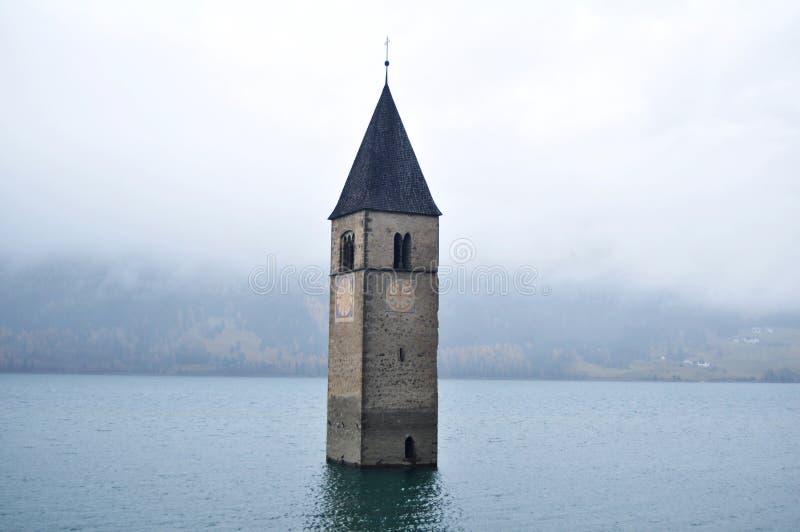 Zanurzający wierza reschensee kościół w Resias jeziorze Bolzano głęboko lub bozen, Włochy obraz stock