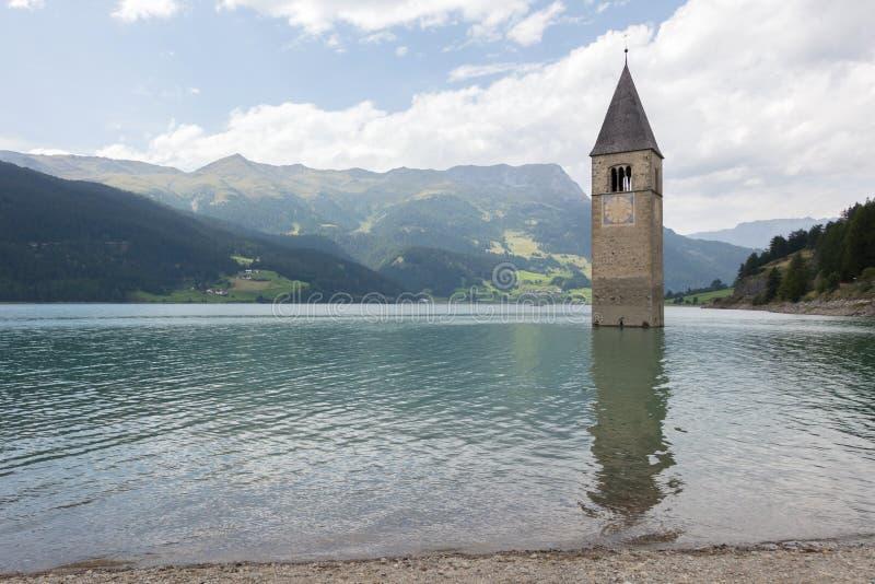 Zanurzający wierza reschensee kościół w Resias jeziorze w Trenie głęboko fotografia stock