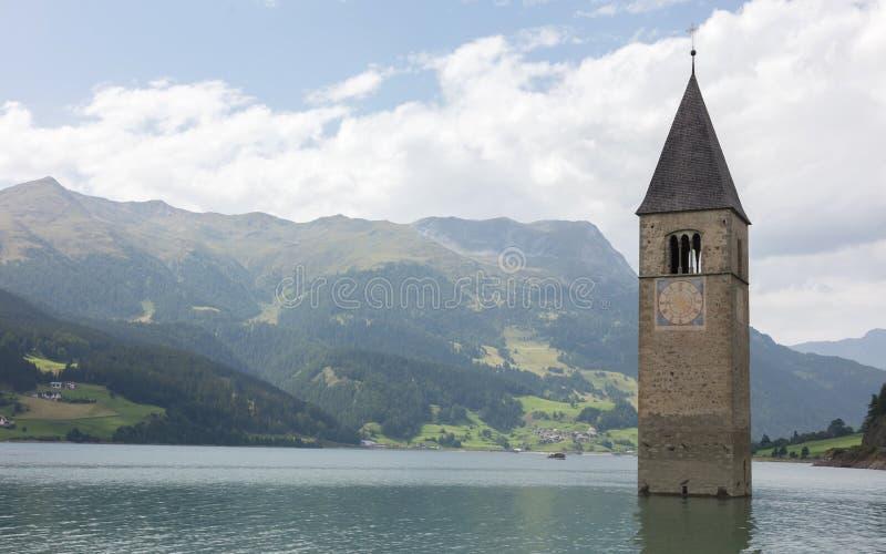 Zanurzający wierza reschensee kościół w Resias jeziorze w Trenie głęboko obraz royalty free