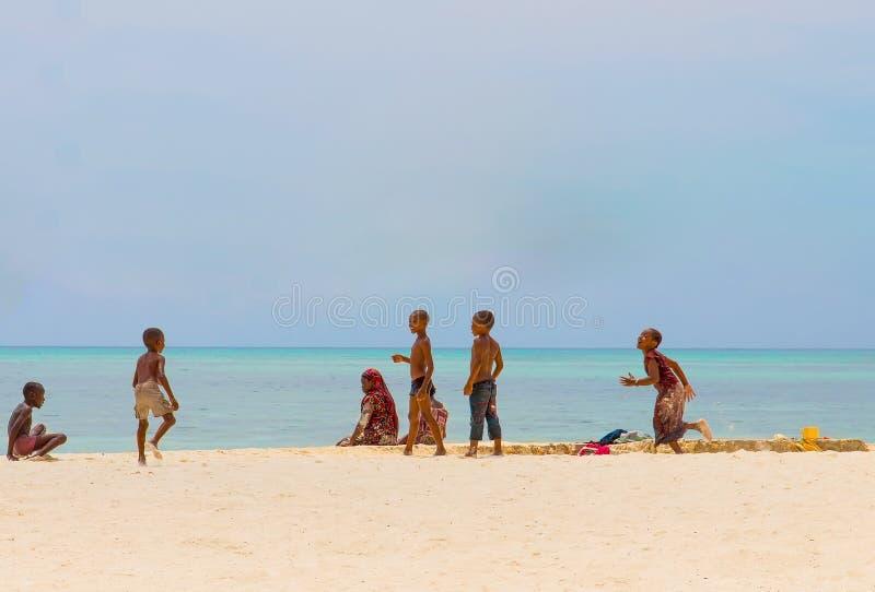 Zanzibar, Tanzanie 27 mars 2018 groupe d' enfants africains jouant sur l' océan photos libres de droits