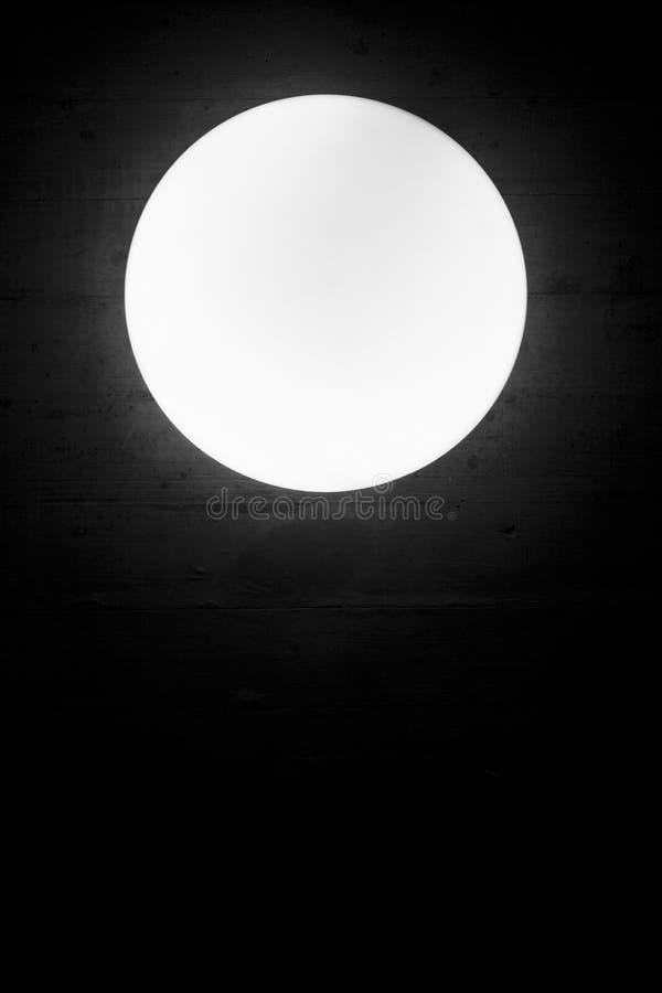 Zaokrąglony lampowy zostawać zaświecający na ciemnym miejscu obrazy stock