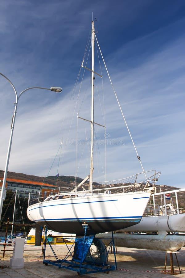 zaopatruje biały jacht zdjęcia royalty free