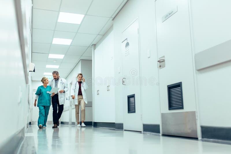 Zaopatrzenia medycznego odprowadzenia puszka korytarz przy szpitalem zdjęcie royalty free