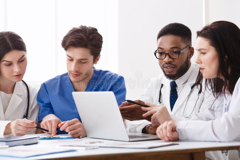 Zaopatrzenia Medycznego spotkanie W szpitalu I Dyskutować traktowań pytania fotografia royalty free