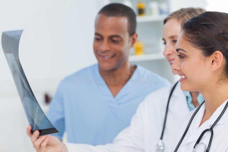 Zaopatrzenie medyczne analizuje prześwietlenie obraz stock