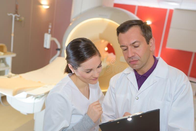 Zaopatrzenie medyczne dyskutuje raport na schowku przy szpitalem obraz stock