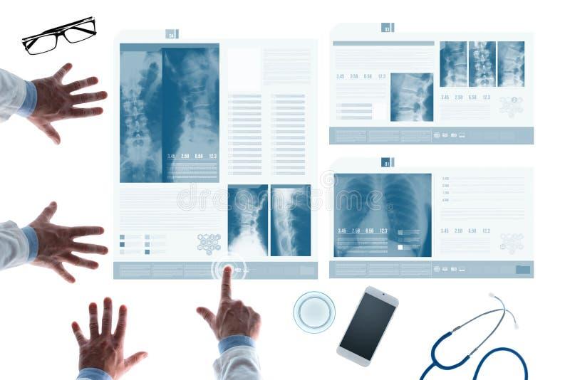 Zaopatrzenie medyczne egzamininuje pacjent książeczki zdrowia na obruszeniach obrazy royalty free