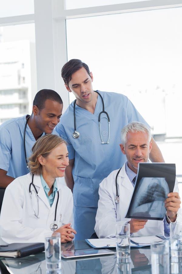 Zaopatrzenie medyczne egzamininuje prześwietlenie fotografia stock