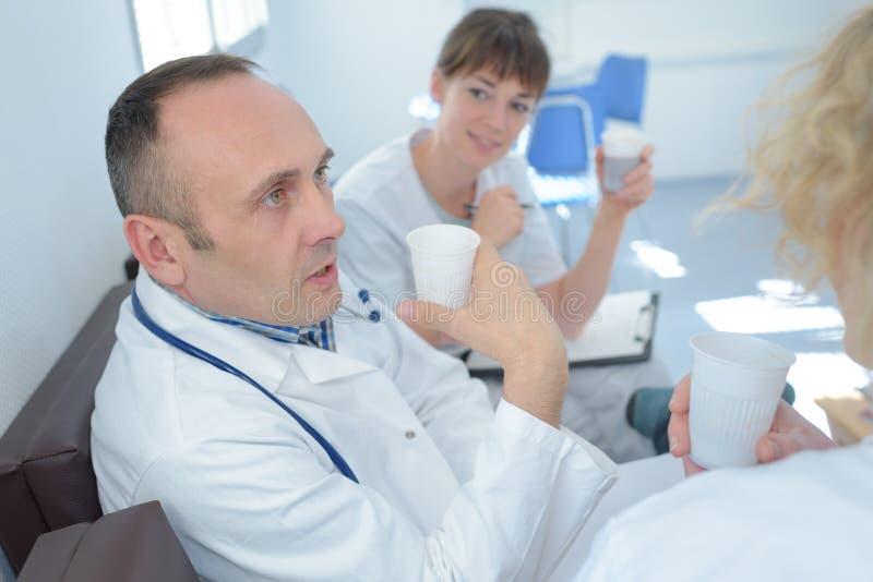 Zaopatrzenie medyczne podczas kawowej przerwy fotografia royalty free