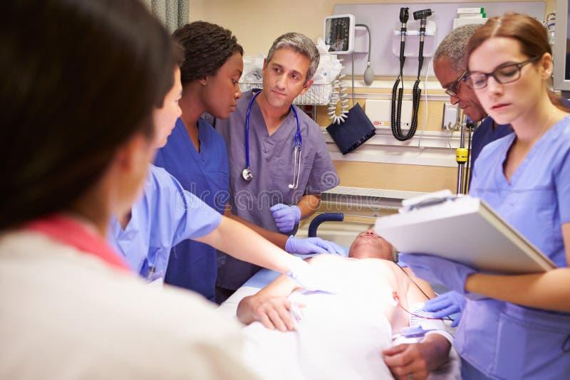 Zaopatrzenie Medyczne Pracuje Na pacjencie W izbie pogotowia zdjęcia royalty free