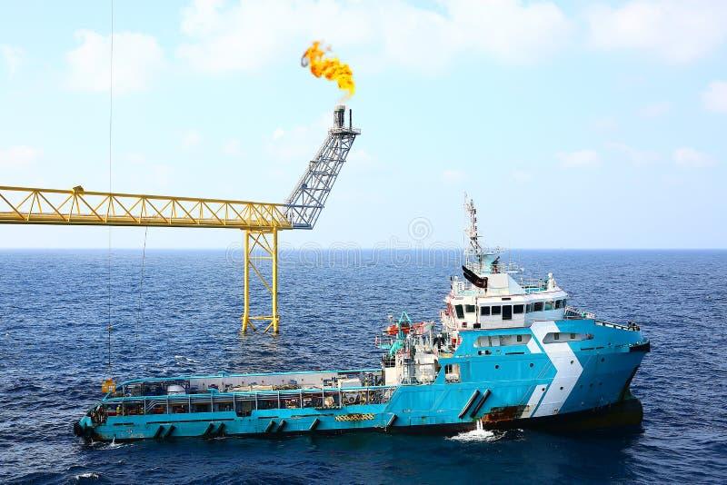 Zaopatrzeniowy łódkowaty przeniesienie ładunek ropa i gaz przemysł i poruszający ładunek od łodzi platforma, łódkowaty czekania p obrazy stock