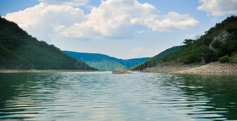 Zaovine sjö i Serbien det breda fotografiet royaltyfria foton