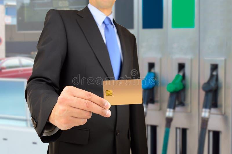 Zapłata przy benzynową stacją obraz royalty free