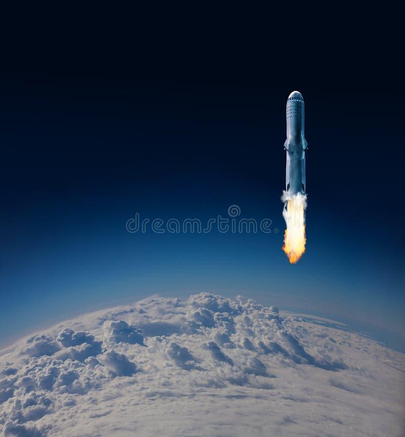 Zapłon Rakietowa pierwsza faza nad Ziemskimi chmurami zdjęcie stock