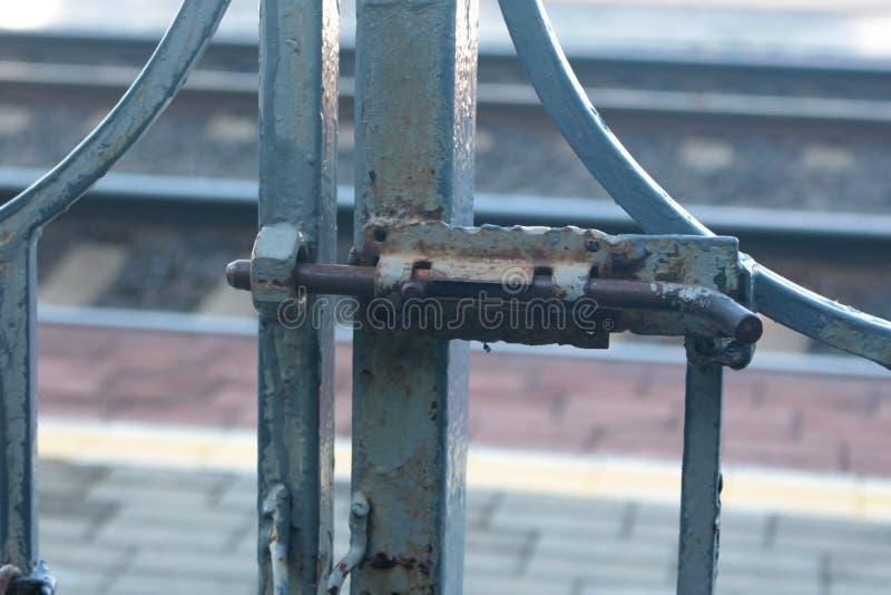 Zapadka na bramie Projekt dla blokować brama z wewnątrz fotografia stock