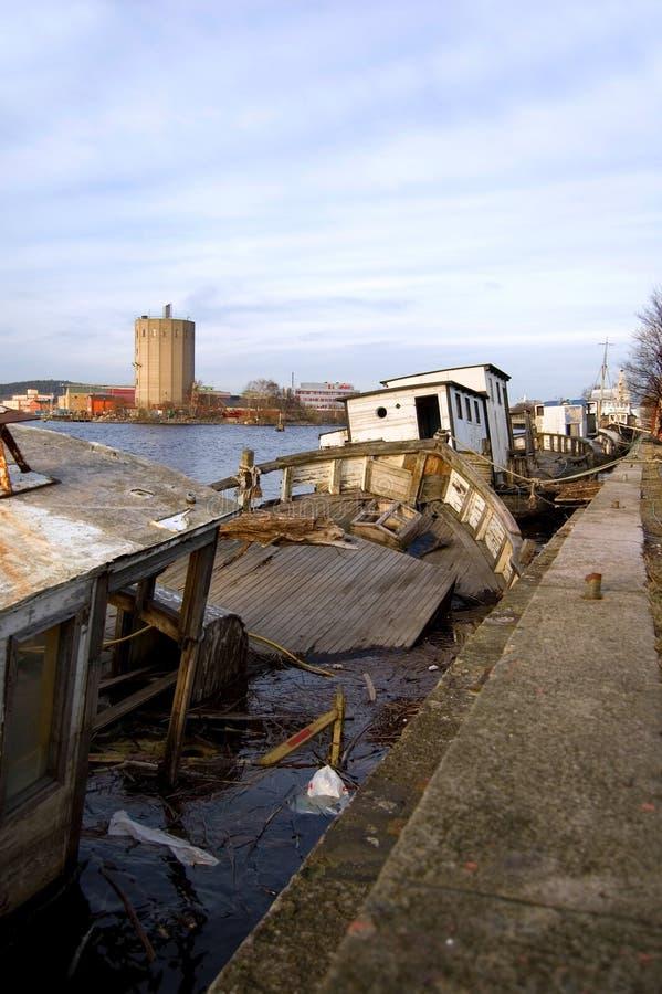 Zapadnięte łodzie w schronieniu obraz stock