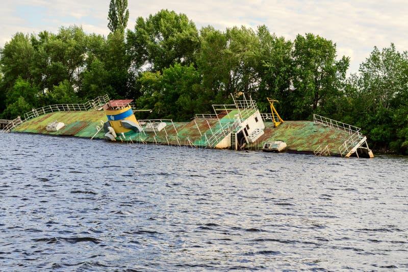 Zapadnięty statek na Zaporoskiej rzece w Ukraina obraz royalty free