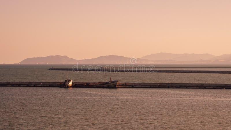 Zapadnięty statek porzucający wzdłuż jetty obrazy stock