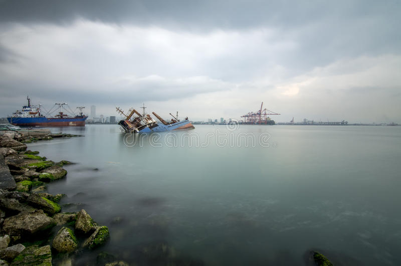 Zapadnięty wrak rdzewieje w morze fotografia stock