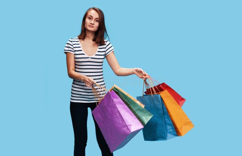 zapakuj zakupy kobiety young szcz??liwych fotografia royalty free
