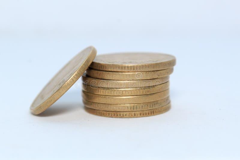Zapas 5 Indiańskiej rupii metalu monety waluta na odosobnionym białym tle Pieniężny, gospodarka, inwestorski pojęcie Deponować pi zdjęcie stock