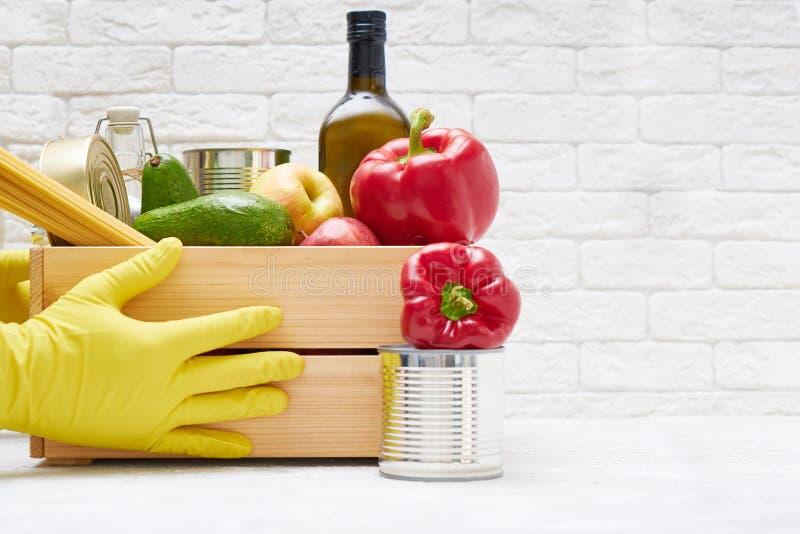 Zapasy żywności w drewnianym pudełku Warzywa, olej, owoce, żywność w puszkach, makarony Dawstwo, dostarczanie żywności, koronawir zdjęcia stock