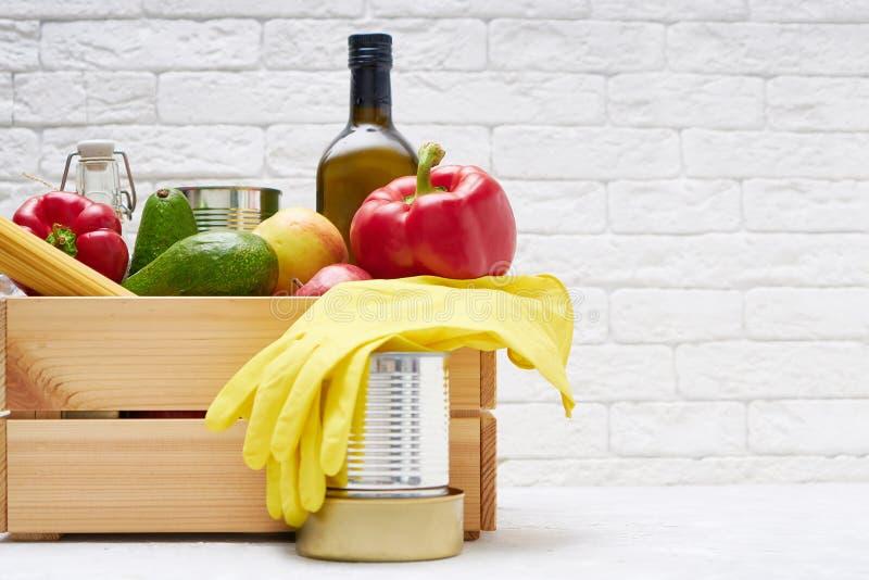Zapasy żywności w drewnianym pudełku Warzywa, olej, owoce, żywność w puszkach, makarony Dawstwo, dostarczanie żywności, koronawir fotografia stock